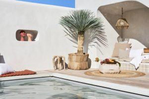 Une terrasse avec piscine