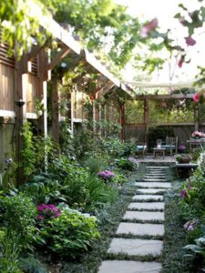 jardin avec panneaux en bois